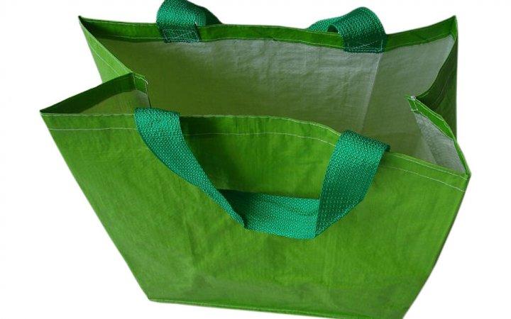 Busta in rafia verde con maniglie nylon in tinta